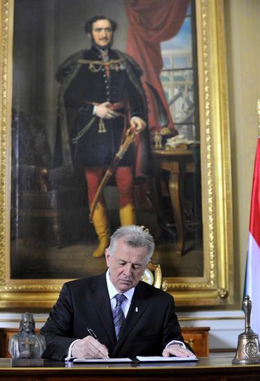 Ungarns Präsident Pal Schmitt hat am Ostermontag die in der Vorwoche von der Regierungsfraktion beschlossene neue Verfassung für Ungarn unterzeichnet.